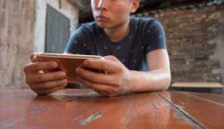 Любитель поиграть на смартфоне ослеп на один глаз