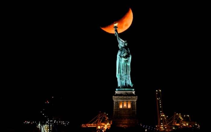 Луна заходит за Статую Свободы