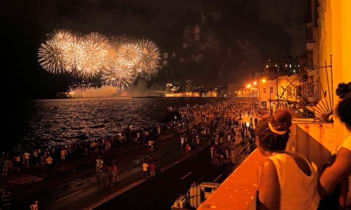 Люди собираются на набережной Гаваны