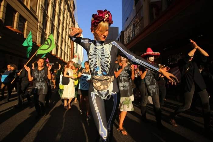 На параде «Восстание мертвых» на Хэллоуин