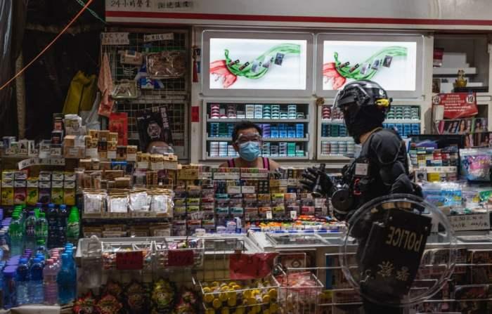 Полицейский разговаривает с уличным торговцем