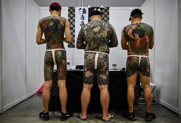 Посетители демонстрируют свои татуировки