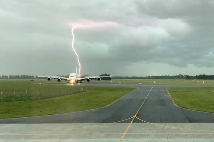 Удар молнии возле самолета