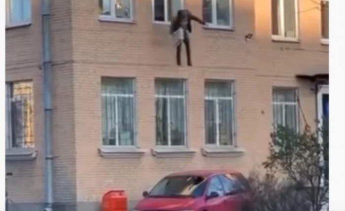 выпрыгнул с окна