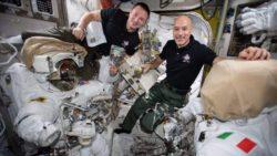 Космонавты вышли в открытый космос, чтобы починить детектор космических лучей