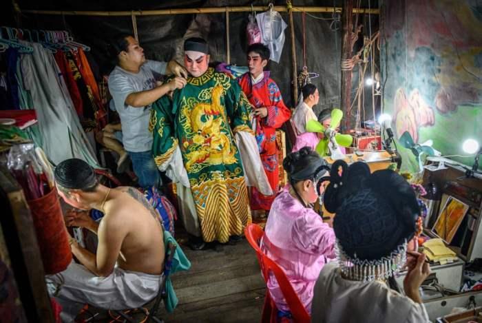 Актеры готовятся к китайскому оперному представлению