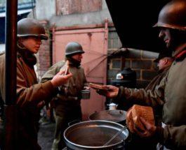 Актеры, одетые в американскую форму Второй мировой войны