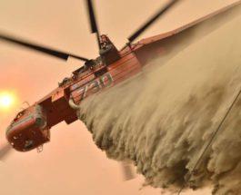 Вертолет сбрасывает огнезащитный состав