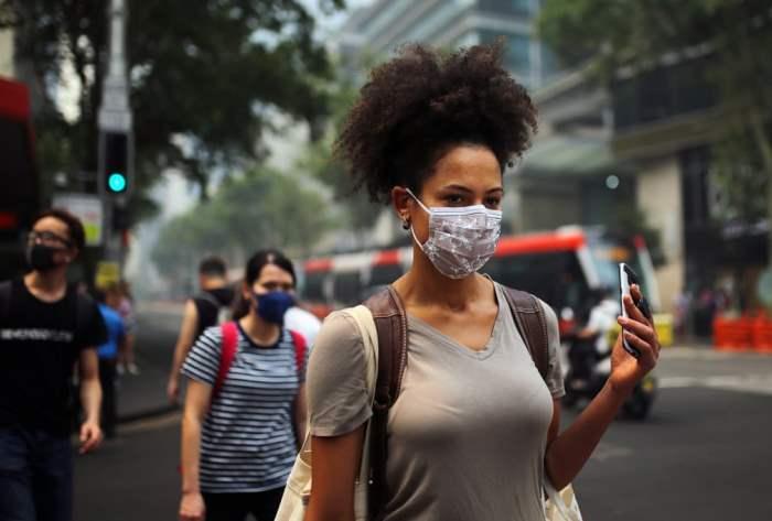 Пешеходы носят маски