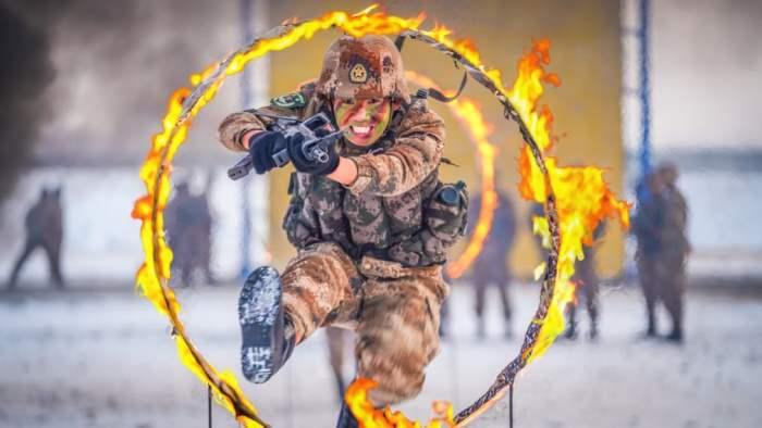 Солдат прыгает через круг огня