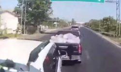 Грузовик начал таранить машины на дороге (ВИДЕО)