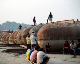 во время строительства временного плавучего моста через Ганг