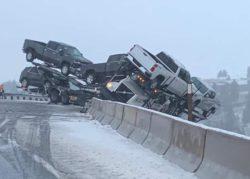 В Вашингтоне грузовик с машинами завис над каньоном