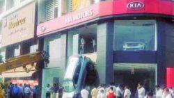 Впечатляющий инцидент: Kia Seltos упал со второго этажа шоу-рума