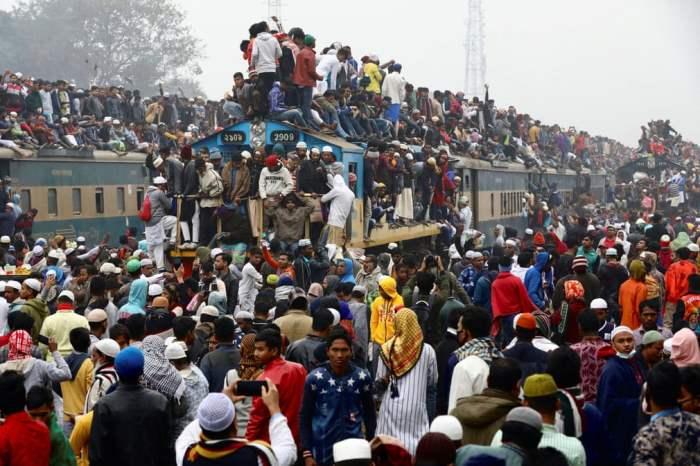 Люди в переполненных поездах