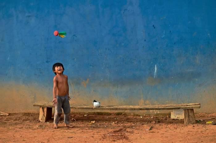 Мальчик играет с воланом