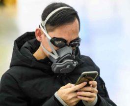Пассажир носит плавательные очки и маску