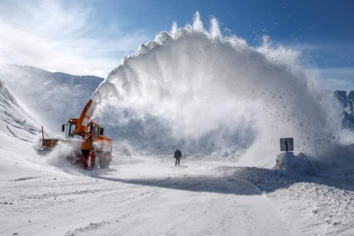 Снегоочиститель убирает снег
