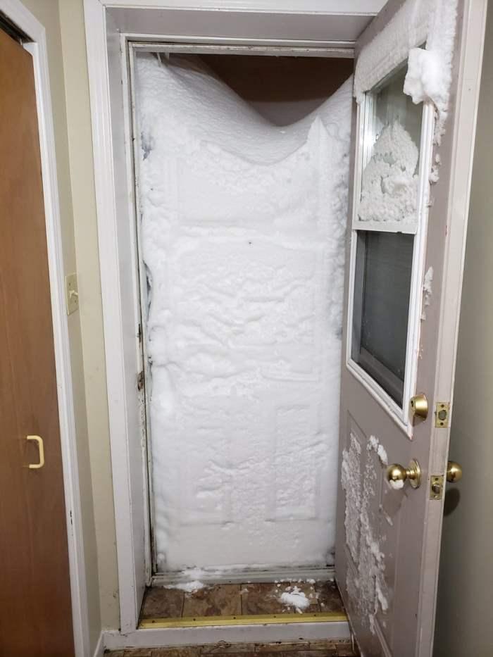 Снег заблокировал вход
