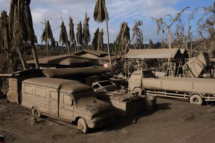 Транспортные средства покрыты пеплом вулкана Таал