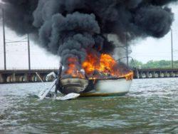 Огонь сжег 35 лодок в США и убил 8 человек (ФОТО и ВИДЕО)