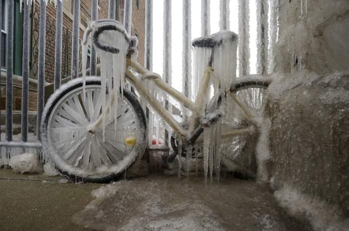 Велосипед покрыт толстым слоем льда