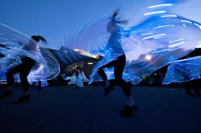 Женщины танцуют на набережной