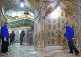 Иранские рабочие дезинфицируют храм Масуме