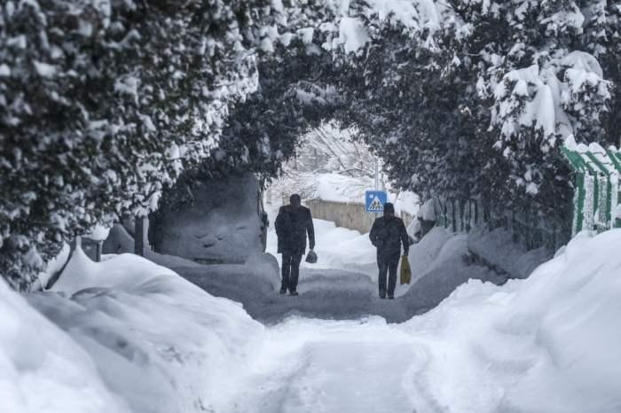 Люди гуляют после сильного снегопада