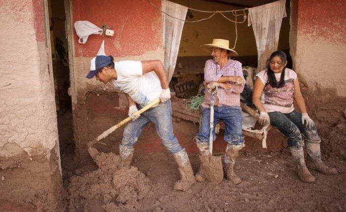 Люди убирают грязь