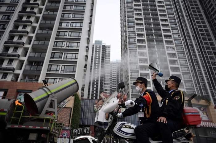 Мужчина с громкоговорителем на мотоцикле