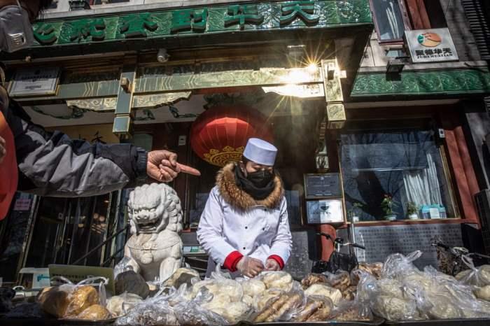 Продавец в защитной маске