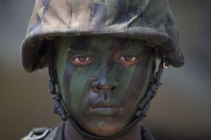 Солдат принимает участие в американо-тайских военных учениях