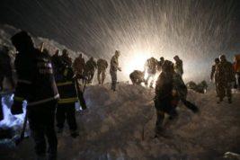 Спасатели работают в темноте
