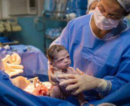 Фотография хмурого новорожденного