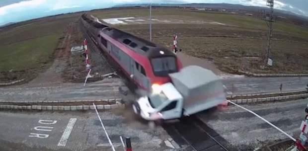 скоростной поезд сбил грузовой фургон