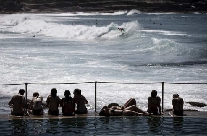 Группа девушек загорает на пляже Бронте