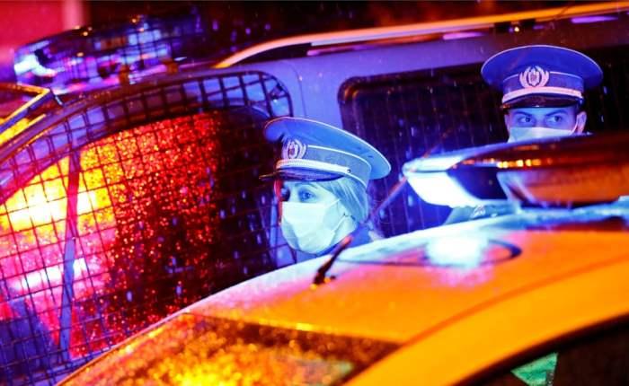 Два полицейских в хирургических масках