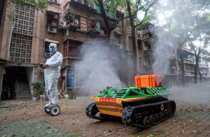 Доброволец управляет роботом дезинфекции