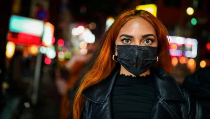 Женщина-турист в защитной маске