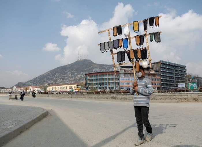 Мальчик продает защитные маски