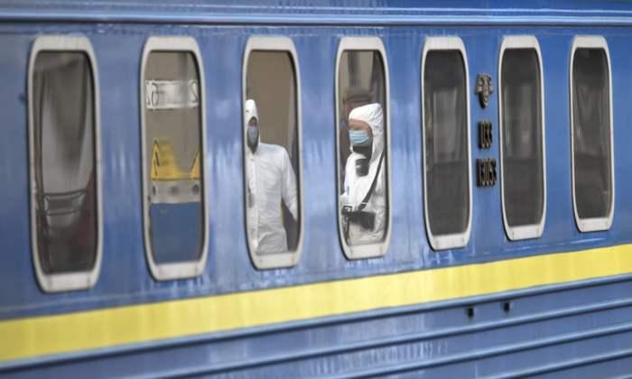 Медицинские работники проверяют пассажиров