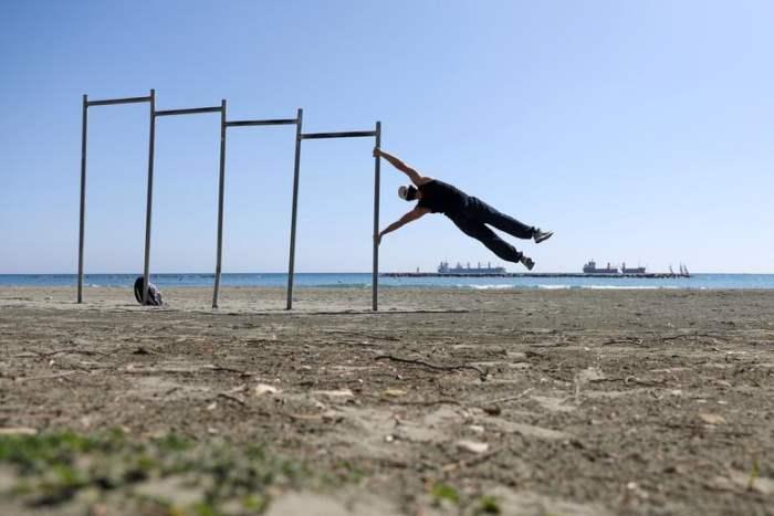 Мужчина выполняет физические упражнения