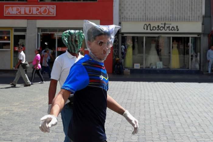 Мужчины закрывают свои лица полиэтиленовыми пакетами
