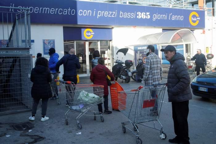 Очередь перед супермаркетом в Неаполе