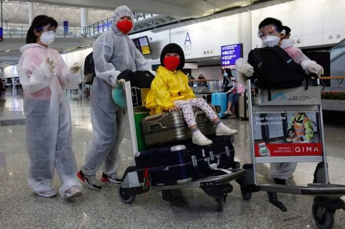 Пассажиры в защитных костюмах