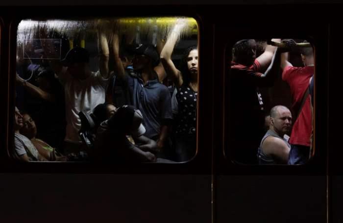 Пассажиры теснятся в общественном автобусе