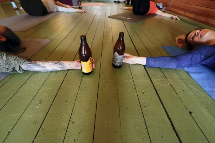 Пивная йога в Риге, Латвия.