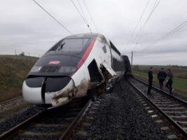 Поезд сошел с рельсов во Франции