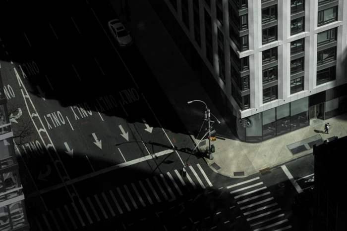Пустая улица видна в Манхэттене